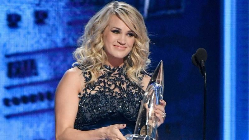 Carrie Underwood Wins CMA's Female Vocalist of The Year For 5th Time!