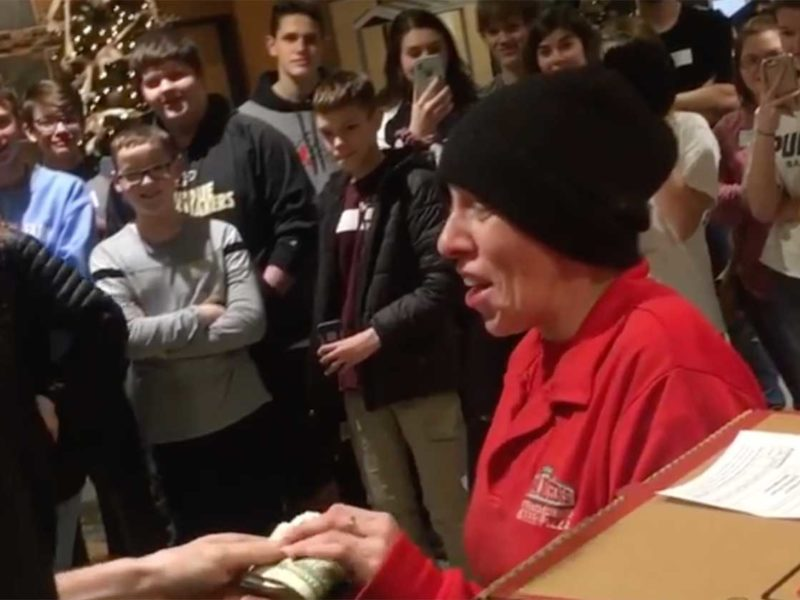 Pizza Delivery Woman Receives a Huge Tip as a Christmas Blessing