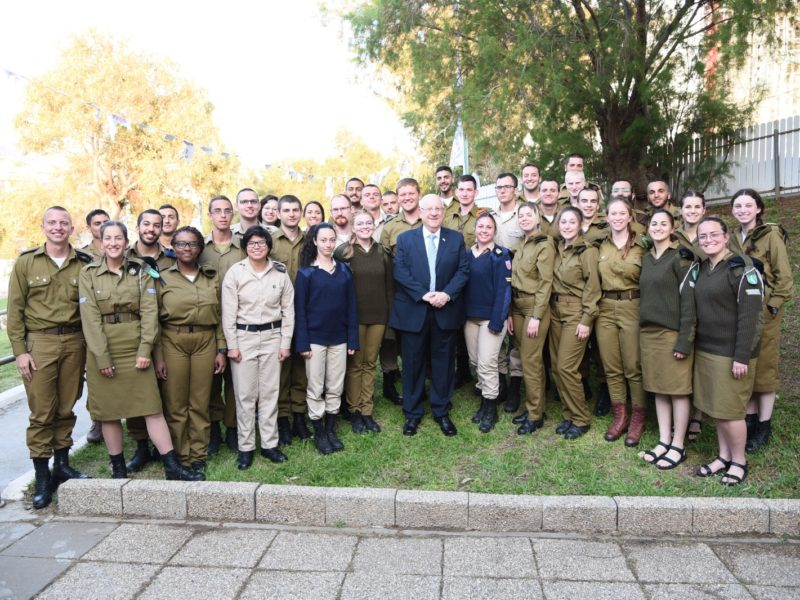 President Rivlin Celebrates Passover Seder with 400 Lone Soldiers