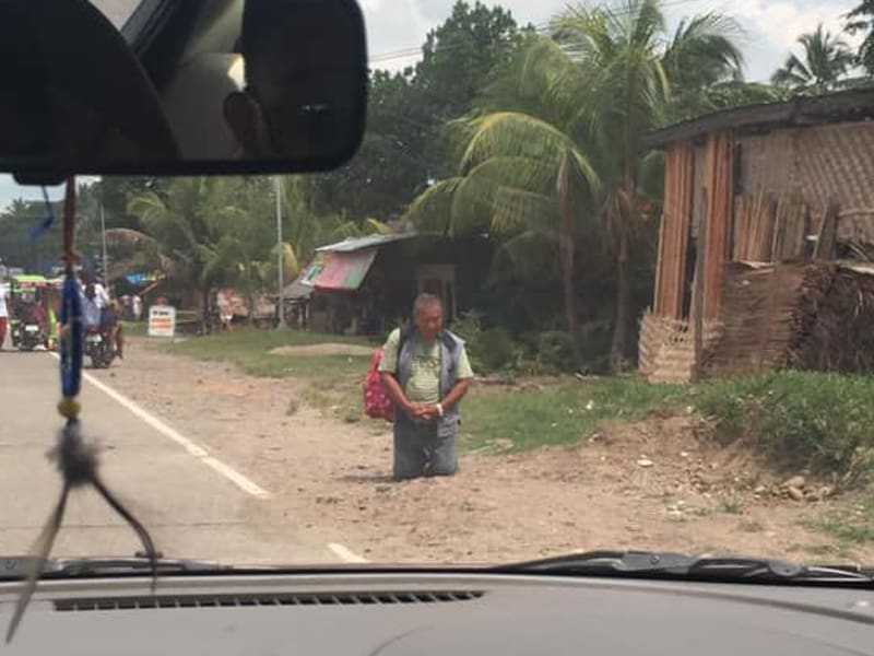 Man Prayed By The Side Of The Road After Deadly Earthquake Hit The Philippines