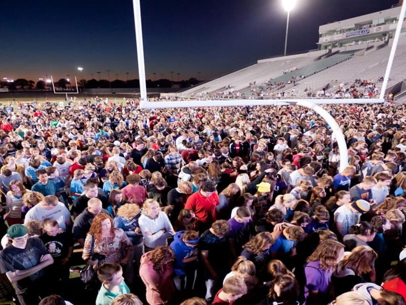 """More Than 250,000 Students """"Stands For Christ"""" On Football Fields Across The US"""