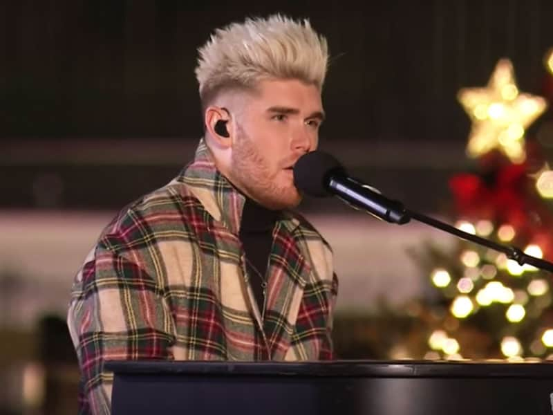 "Colton Dixon Performs ""O Come, All Ye Faithful"" In 2019 National Christmas Tree Lighting"