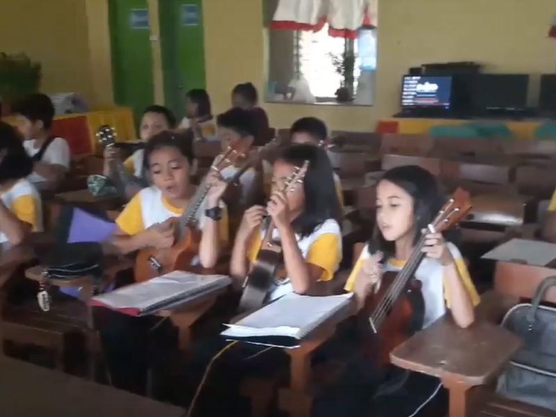 Grade School Students Sing Worship Song 'Way Maker' Inside Their Classroom