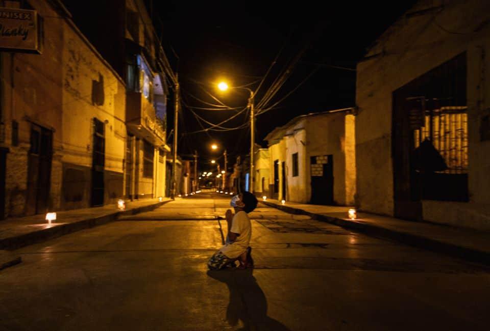 Niño de 6 años de rodillas en una calle vacía rezando por el fin de la pandemia - 93315085 2674405829445848 3519011501845250048 o