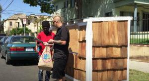 Hombre construye una mini casa para una anciana sin hogar - elvis irene