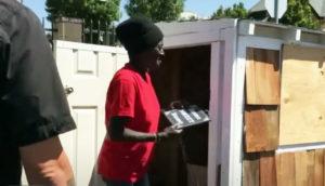 Hombre construye una mini casa para una anciana sin hogar - irene smokie