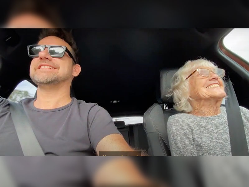 Son Spends Time With 87-Year-Old Mother With Alzheimers Amid Crisis