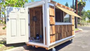 Hombre construye una mini casa para una anciana sin hogar - tiny house