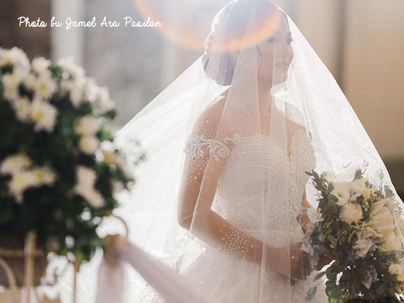 Bride Stops For 15 Minutes In The Middle Of The Aisle – The Reason Why Touched Thousands