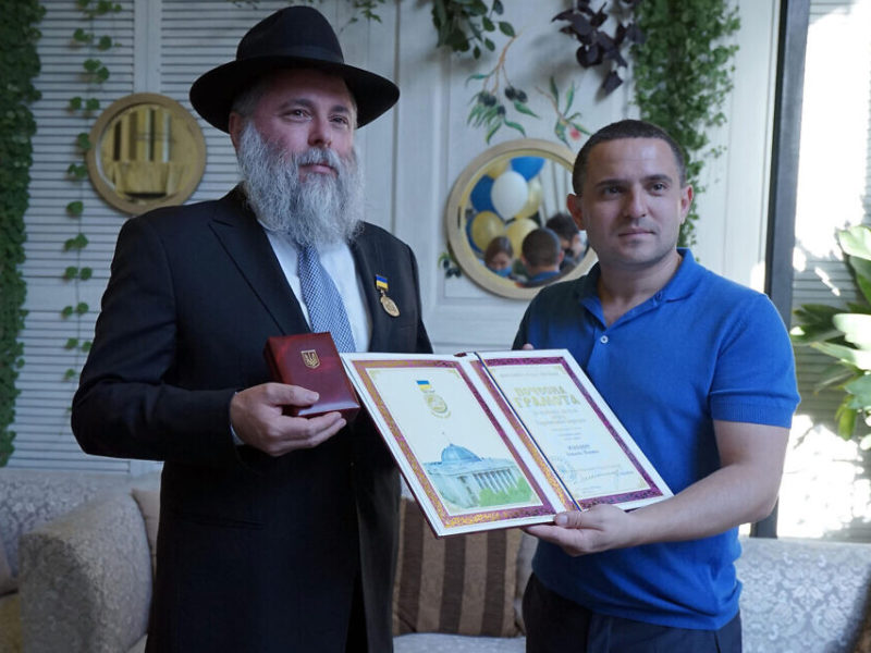 For First Time In Ukraine Parliament's History, Rabbi Awarded Medal Of Honor